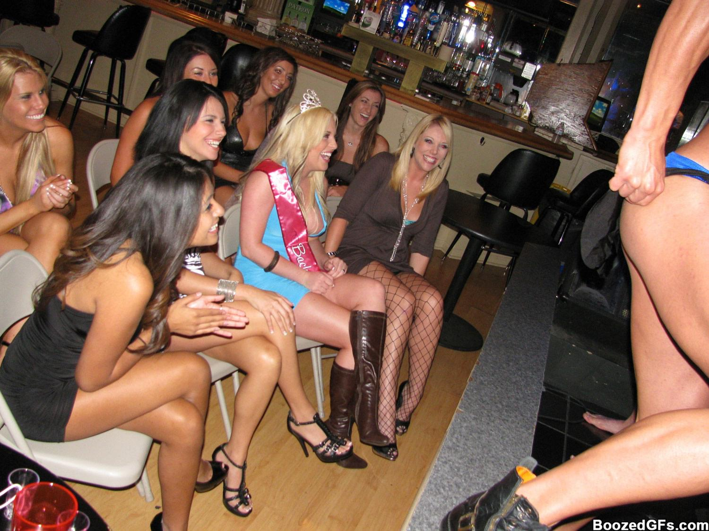 сосут на вечеринках у стриптизера