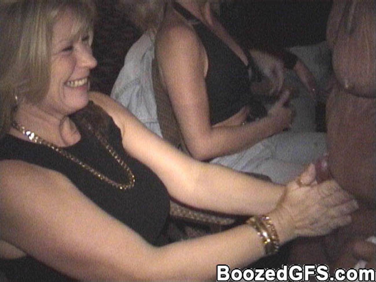 Секс фото бабы щупают мужиков за член 11 фотография