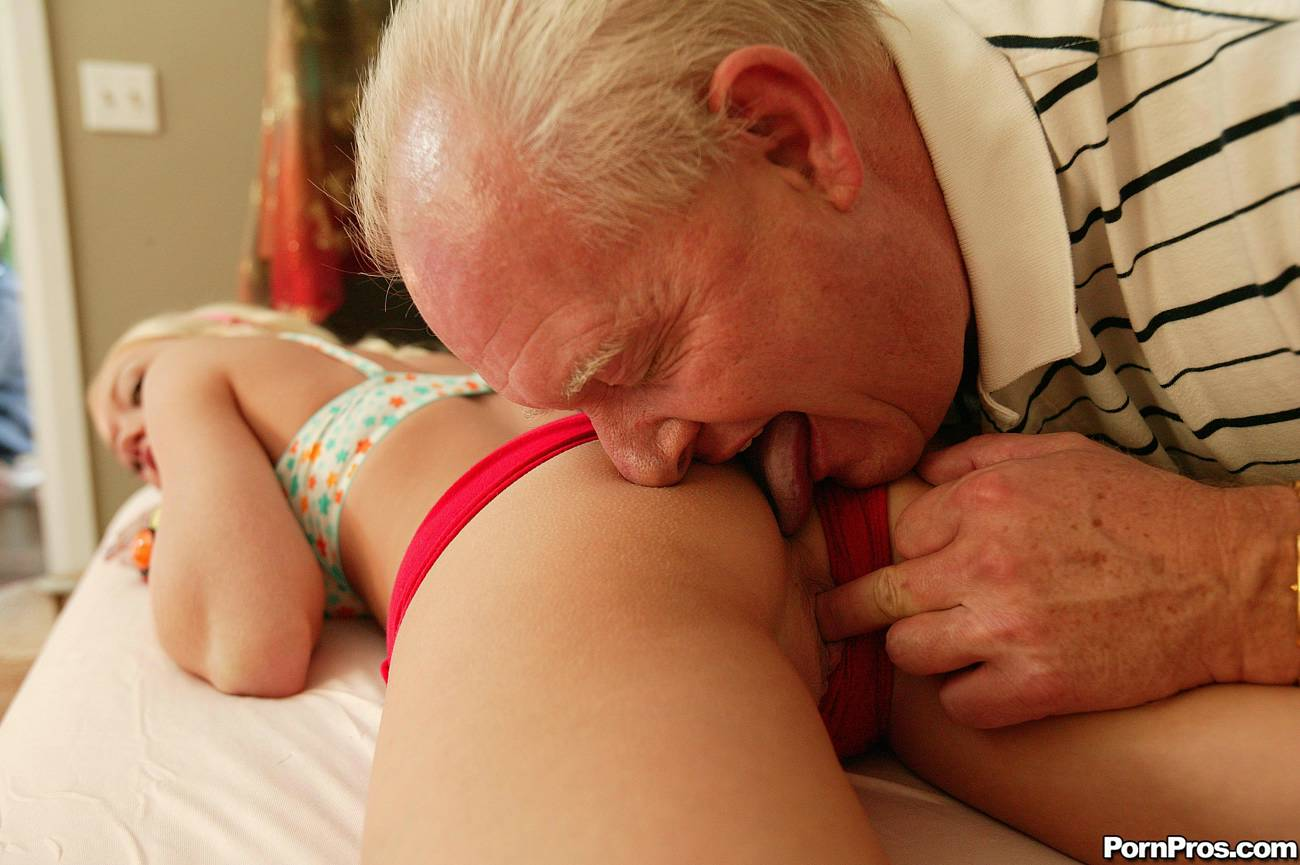 Дед отлизал внучке порно